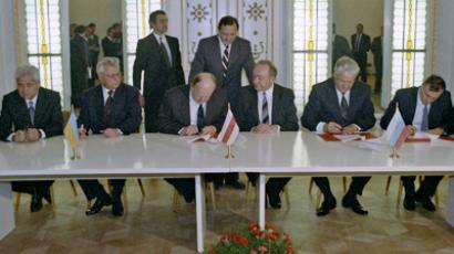 Russian President Boris Yeltsin, Ukrainian President Leonid Kravchuk and Stanislav Shushkevich, Speaker of the Belarusian Supreme Soviet (Parliament), sign Agreement on Establishing the Commonwealth of Independent States during their trilateral summit in Belovezhskaya Pushcha (RIA Novosti / Yuriy Ivanov)