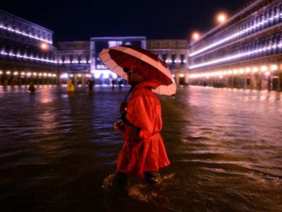 High tide floods Venice (PHOTOS)