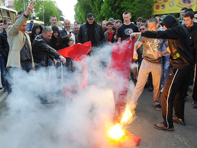 Hundreds clash in Ukraine over Orthodox cross