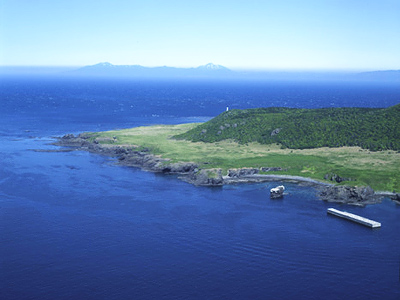Japanese cabinet chief gazes at Kuril Islands from a distance