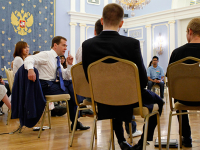 Medvedev meets international youth delegation, dodges election question again