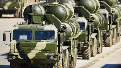Topol-M missile carriers curb Moscow traffic