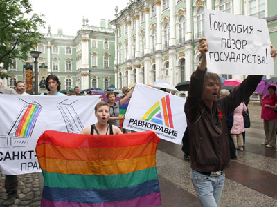 LGBT begin kissing protest as Duma readies to vote on gay propaganda bill