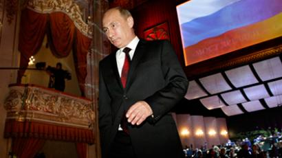 Putin repeats piano star turn with popular Soviet hit
