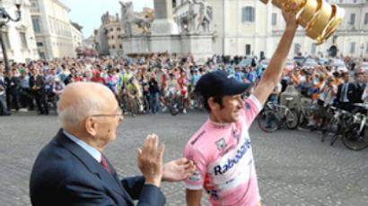 Menshov grabs pink jersey at Giro
