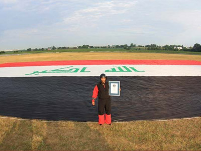 Daredevil unfurls record-breaking Iraqi flag over US