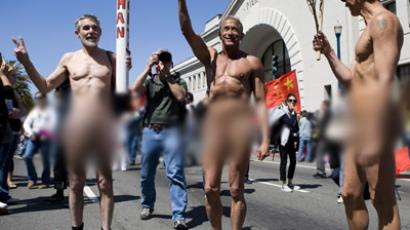 Single statue streaker stops central London (PHOTOS)