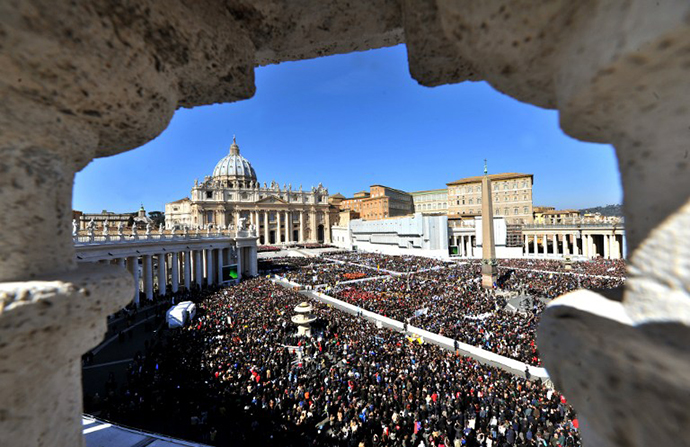 Pope Benedict XVI leads his last weekly audience on February 27, 2013 at St Petr's square at the Vatican. (AFP Photo / Tiziana Fabi)