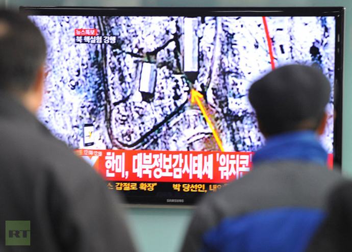 South Korean passengers watch TV news reporting North Korea′s apparent nuclear test, at the Seoul train station on February 12, 2013. (AFP Photo/Kim Jae-Hwan)