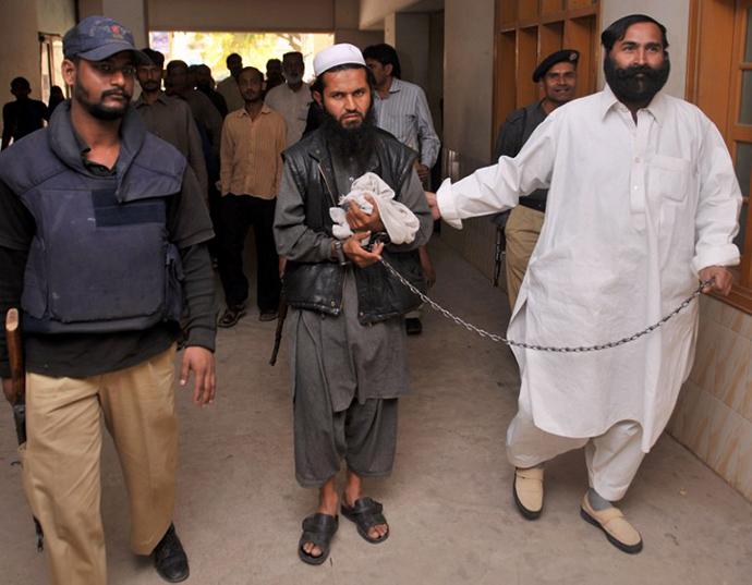 Pakistani police escort suspected Taliban commander Abdullah, alias Abu Waqas, (C) to a local court in Karachi on February 18, 2010. (AFP Photo / Rizwan Tabassum)