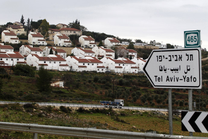 Houses in the Jewish settlement of Halamish are seen from a road near West Bank city of Ramallah (Reuters/Baz Ratner)