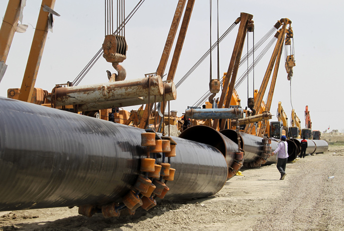 Iranians work on a section of a gas pipeline linking Iran and Pakistan after the project was launched during a ceremony in the Iranian border city of Chah Bahar on March 11, 2013 (AFP Photo / Atta Kenare))