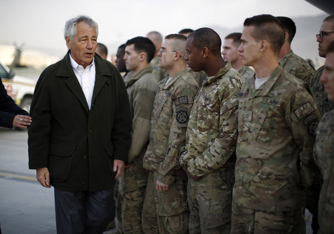 US Secretary of Defense Chuck Hagel (L) greets US Army troops on the tarmac of Kabul airport on March 11, 2013 before boarding a flight back to Washington. (AFP Photo)