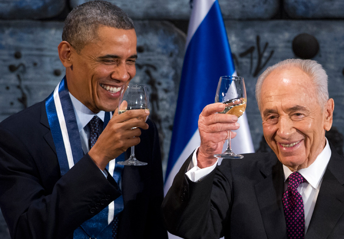 Israeli President Shimon Peres (R) toasts US President Barack Obama after presenting him with the Presidential Medal of Distinction, the highest civilian honor in Israel, during an official State Dinner at the President's residence in Jerusalem, March 21, 2013 (AFP Photo / Saul Loeb)