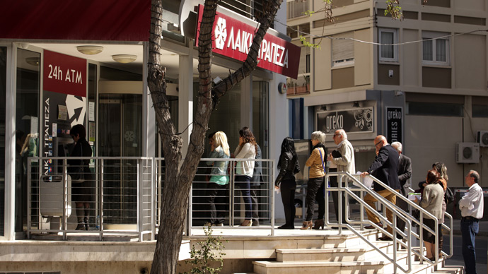 People queue up outside a branch of the Cyprus Popular Bank, Laiki in Nicosia (AFP Photo / Patrick Baz)