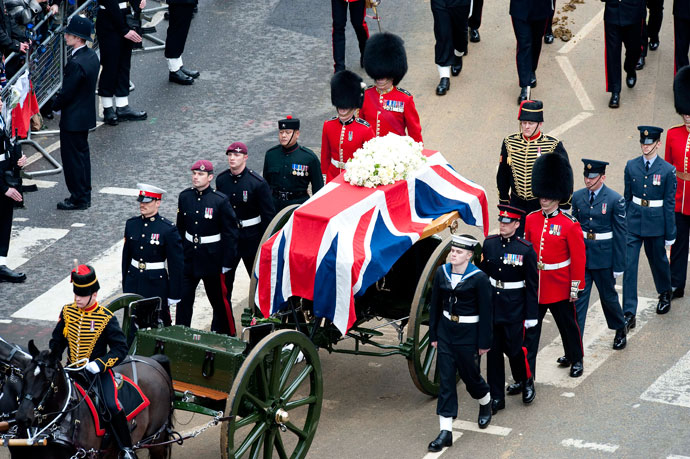 The coffin of British former prime minister Margaret Thatcher arrives on a gun carriage drawn by the King's Troop Royal Horse Artillery during her ceremonial funeral at St Paul's Cathedral in central London on April 17, 2013.(AFP Photo / David Crump)