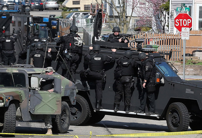 Members of a SWAT team search for 19-year-old bombing suspect Dzhokhar A. Tsarnaev on April 19, 2013 in Watertown, Massachusetts. (AFP Photo / Mario Tama)