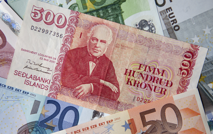 An Icelandic kronor note of 500 kronors is shown with various Euro notes in this photo illustration. (Reuters / Bob Strong)