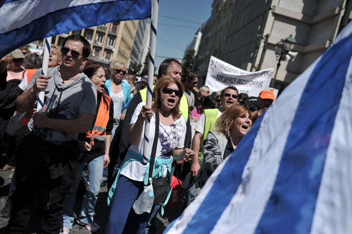 Athens and Thessaloniki municipality workers and contract workers march towards the Greek parliament in Athens to protest the latest law tablet to parliamnet on April 26, 2013. (AFP Photo)