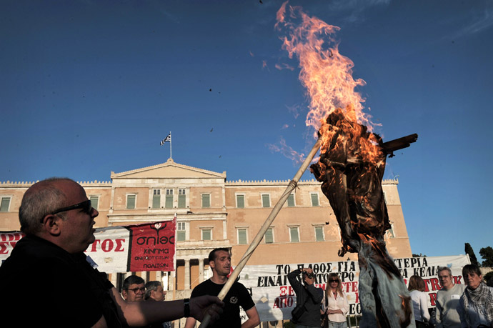 Protesters burn an effigy of a greek worker in front of the parliament in Athens on April 28, 2013. (AFP Photo)
