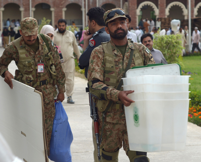 Pakistani army soldiers carry electoral materials for election presiding officers at the distribution point in Rawalpindi on May 10, 2013 (AFP Photo / Farooq Naeem)