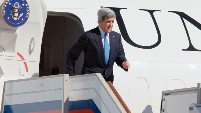 US Secretary of State John Kerry is welcomed at Vnukovo airport.(RIA Novosti / Vitaliy Belousov)