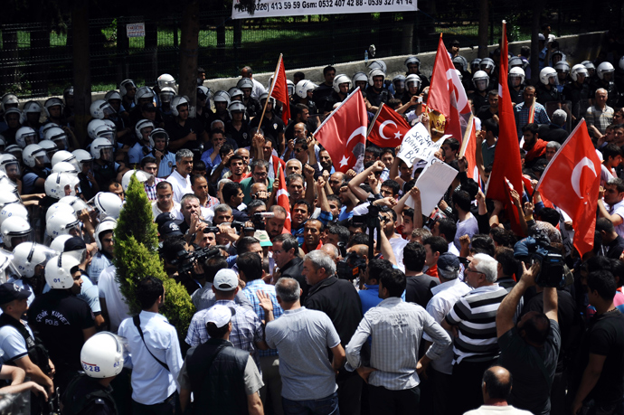 People of Reyhanli chant slogans as riot police block them on May 18, 2013, at Reyhanli in Hatay, during the funerals of the victims of a car bomb which went off on May 11 at Reyhanli in Hatay just a few kilometres from the main border crossing into Syria (AFP Photo / STR)