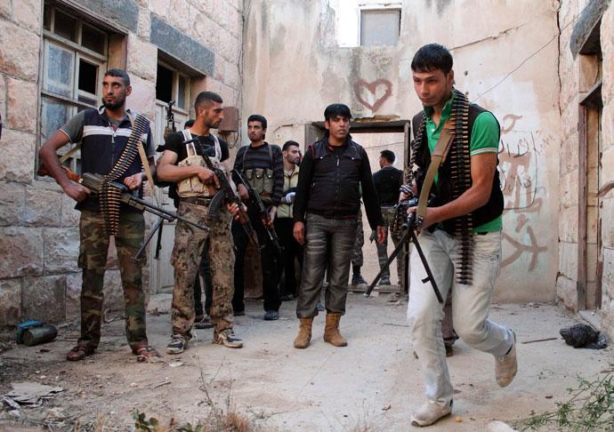 Fria syriska armén soldater förbereder sig för att plundra ett hus i Daraa 16 maj 2013. Bild tagen 16 maj 2013. (Reuters / Thaer Abdallah)