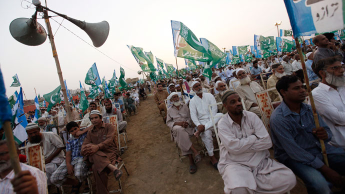 Supporters of the political and religious party Jamaat-e-Islami listen to the speeches of their leaders during an election campaign rally in Karachi May 5, 2013.(Reuters / Akhtar Soomro)