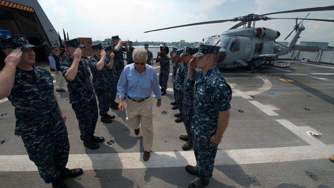 US Secretary of Defense Chuck Hagel (C) is piped off the USS Freedom (LCS 1) in Singapore, June 2, 2013.(AFP Photo / Erin A. Kirk-Cuomo)
