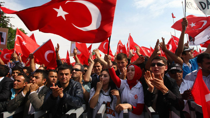 Supporters of Turkish Prime Minister Recep Tayyip Erdogan wait at Esenboga Airport for his arrival in Ankara on June 9, 2013. (AFP Photo)