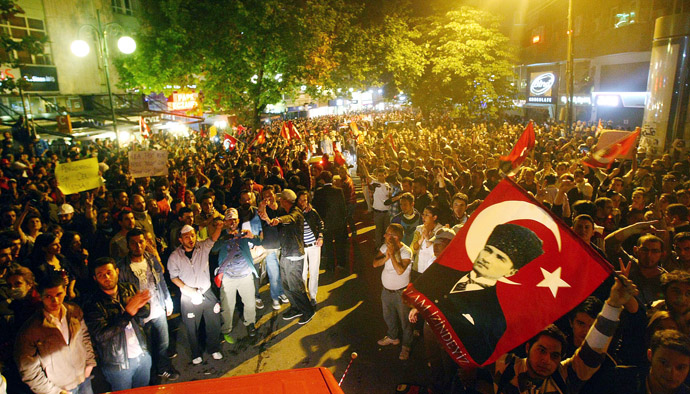Anti-government protesters shout slogans and wave Turkish national flags during a demonstration in central Ankara June 6, 2013 against the Islamic-rooted government of Prime Minister Recep Tayyip Erdogan. (AFP Photo)