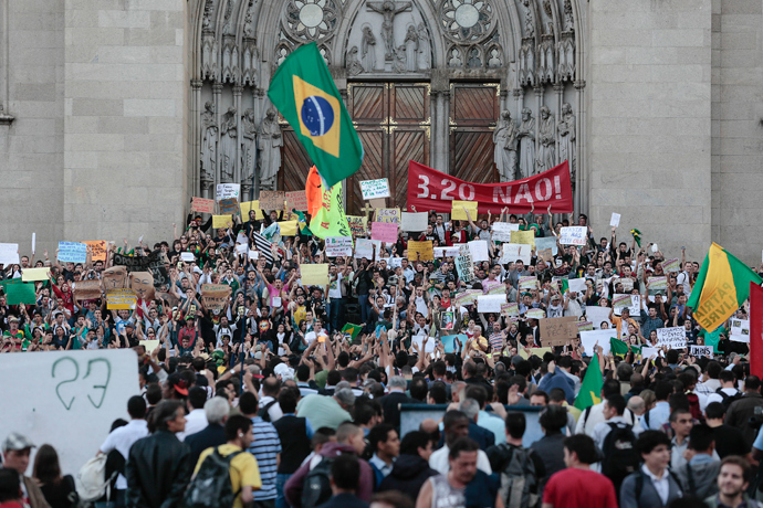 Students take part in a demonstration at Praca da Se, in Sao Paulo, Brazil on June 18, 2013 (AFP Photo / Miguel Schincariol)