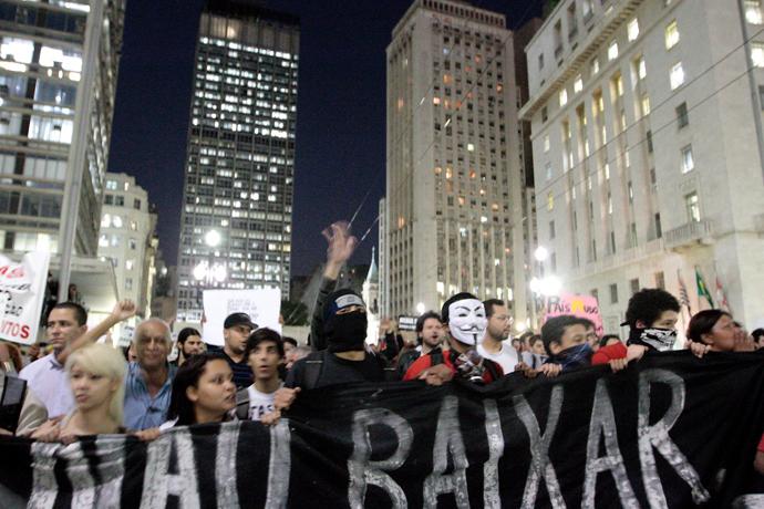 Students protest in Sao Paulo, Brazil on June 18, 2013 (AFP Photo / Daniel Guimaraes)