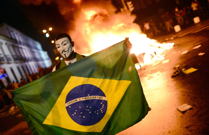 A demonstrator holds a Brazilian national flag during a protest turned violent, in downtown Rio de Janeiro on June 17, 2013 (AFP Photo / Christophe Simon)
