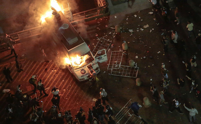 A vandalized press car from TV Record burns during a student demonstration in front of the City Hall in Sao Paulo, Brazil on June 18, 2013, against a recent rise in public bus and subway fare from 3 to 3.20 reais (1.50 USD). (AFP Photo)