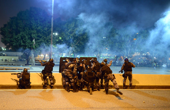 Anti riot police officers fire rubber bullets after clashes erupted during a protest against corruption and price hikes, on June 20, 2013, in Rio de Janeiro. (AFP Photo)