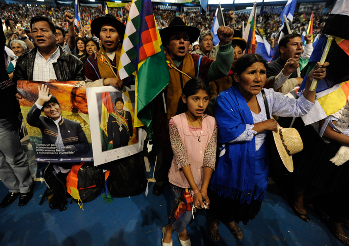 Members of social organizations attend the welcoming gathering in honour of Bolivia's President Evo Morales (out of frame) following his arrival from Europe, in the Bolivian central city of Cochabamba, on July 4, 2013 (AFP Photo / Jorge Bernal)