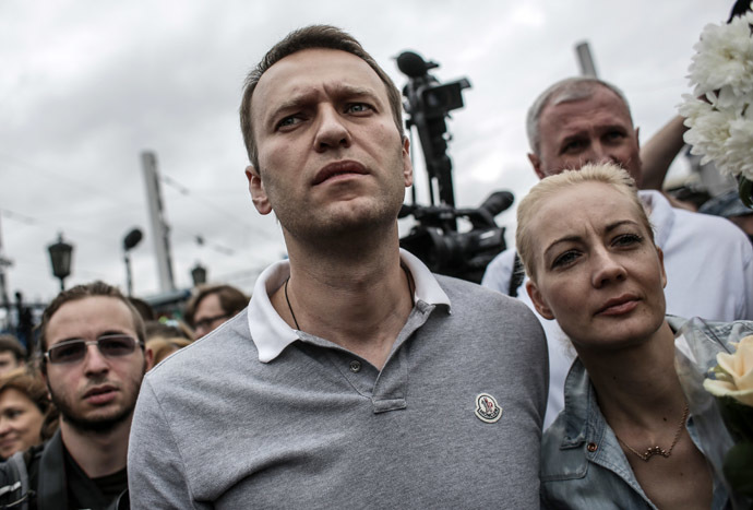 Aleksei Navalny, opposition leader and Moscow mayoral candidate, with his wife, Yuliya, at Moscow's Yaroslavsky Railway Station after arriving from Kirov. (RIA Novosti/Andrey Stenin)