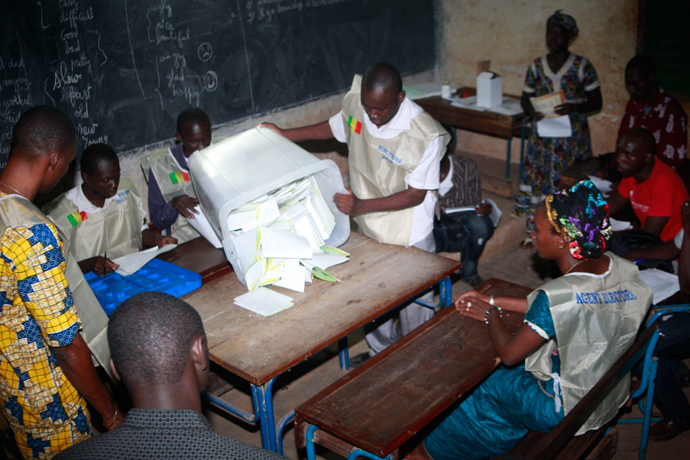 Electoral agents count the votes at a polling station on July 28, 2013 in the Malian capital Bamako (AFP Photo)