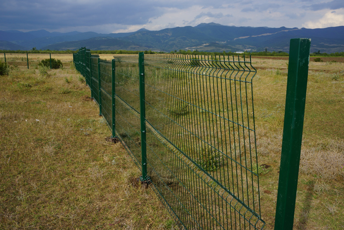 Georgian farmers don't understand why the border fence zigzags through the field (RT Photo / Nadezhda Kevorkova)