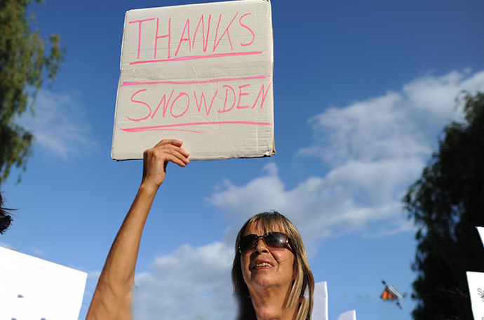 A demonstrator holds a posters aying 'thank you' to U.S intelligence contractor Edward Snowden during a protest (AFP Photo / Angelika Warmuth)