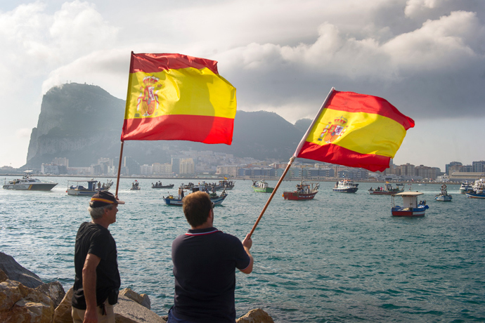 Spanish fishermen wave Spanish flags during a protest in the bay of Algeciras on August 18, 2013 (AFP Photo / Marcos Moreno)