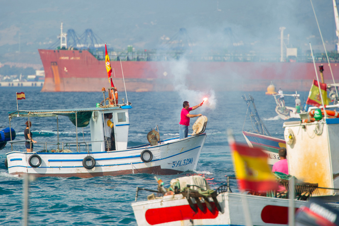 A Spanish fisherman holds a flare during a protest in the bay of Algeciras on August 18, 2013 (AFP Photo / Marcos Moreno)