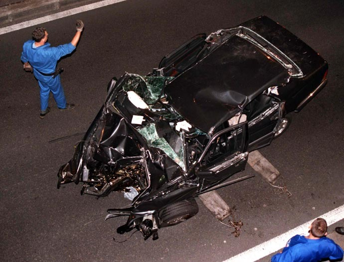 Police remove the crumpled wreck of the Mercedez-Benz which was carrying Princess Diana in Paris early August 31, 1997 (Reuters)