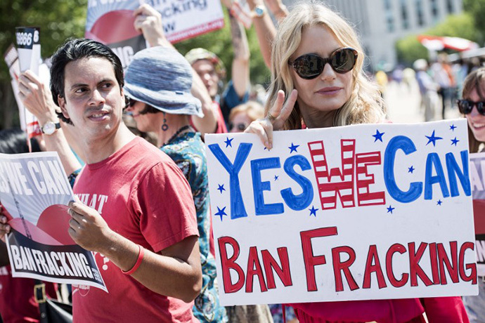 Actress Daryl Hannah stands with activists during a rally in Lafayette Square near the White House August 22, 2013 in Washington, DC. (AFP Photo / Brendan Smialowski)