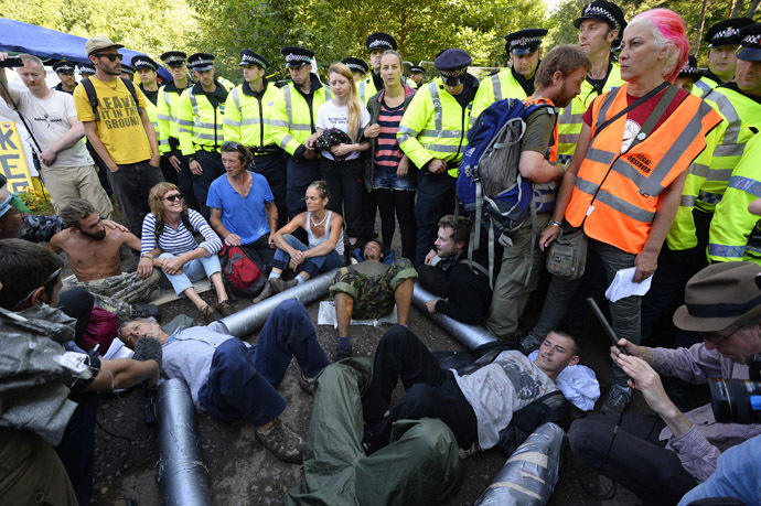 Demonstrators lock themselves together during a protest outside a drill site run by Cuadrilla Resources, near Balcombe in southern England August 19, 2013. (Reuters/Paul Hackett)