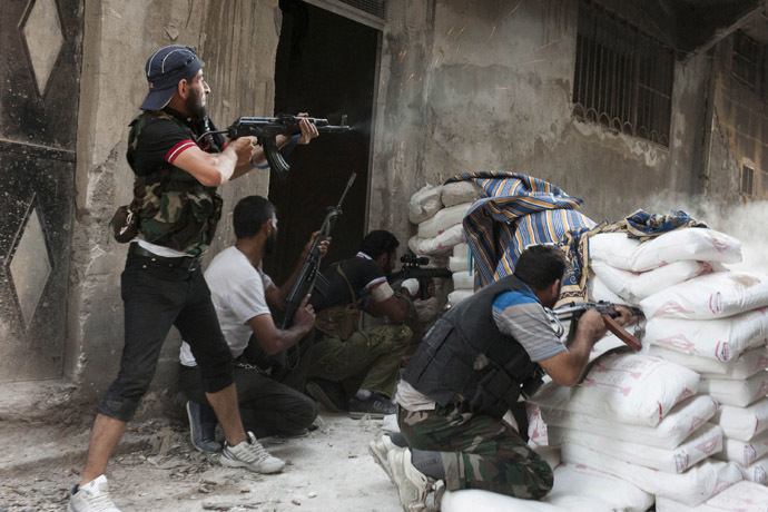 Free Syrian Army fighters exchange fire with regime forces in the Salaheddin neighbourhood of Syria's northern city of Aleppo on August 22, 2012. (AFP Photo)