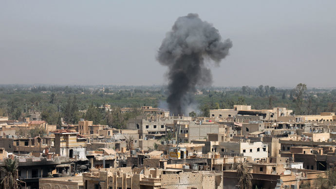 Smoke billowing from buildings in Syria's eastern town of Deir Ezzor following an airstrike by government forces.(AFP Photo / Abo Shuja)