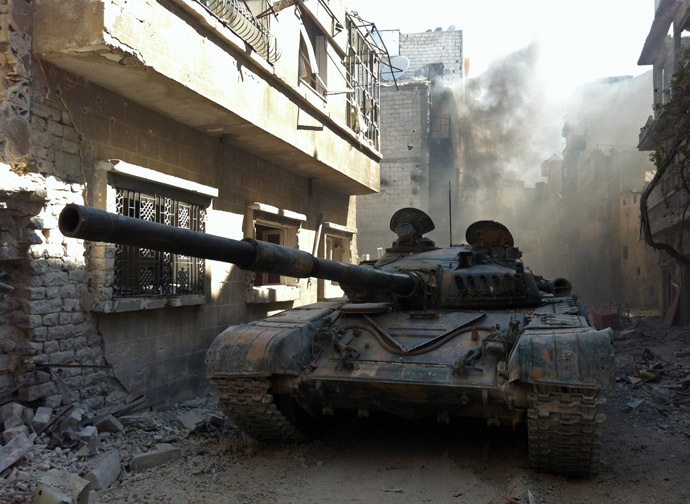 A government forces tank is seen in the Khalidiyah neighbourhood of Syria's central city of Homs on July 28, 2013. (AFP Photo)